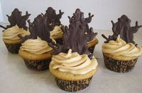 Butterbeer cupcakes topped with chocolate frogs! Perfect for a Harry Potter party!