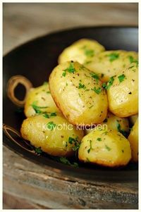 Potatoes baked in Chicken Broth, Garlic and Butter, SO GOOD! They get crispy on the bottom but stay fluffy inside. Chocked full of flavor. - Click image to find more side dish Pinterest pins