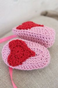 What a super cute idea by kungen & majkis. Sew a crochet heart under crocheted baby shoes. No pattern for the shoes. The heart pattern, in Swedish, is here http://ianyckelpiga.blogspot.se/2011/04/hjartligt-monster.html